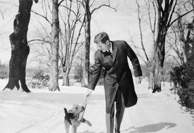 Президент США Джона Кеннеди с собакой