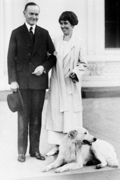 Президент Калвин Кулидж и Грейс Кулидж с собакой