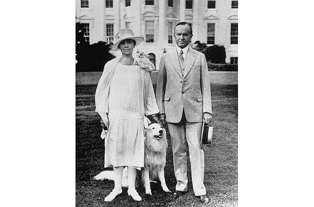 Президент Калвин Кулидж и Грейс Кулидж с собакой и Первой Леди