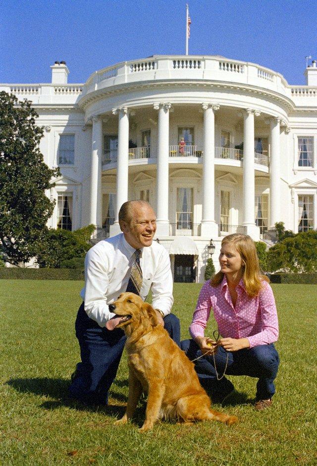Джеральд Форд с дочерью и собакой