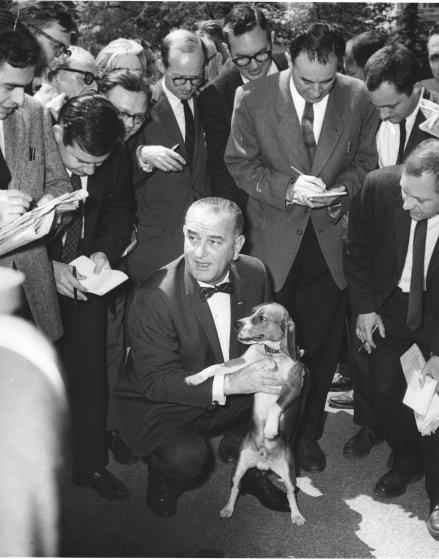 Президент США Линдон Джонсон и собака