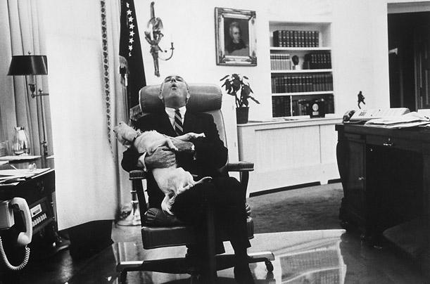 Президент США Линдон Джонсон с собакой