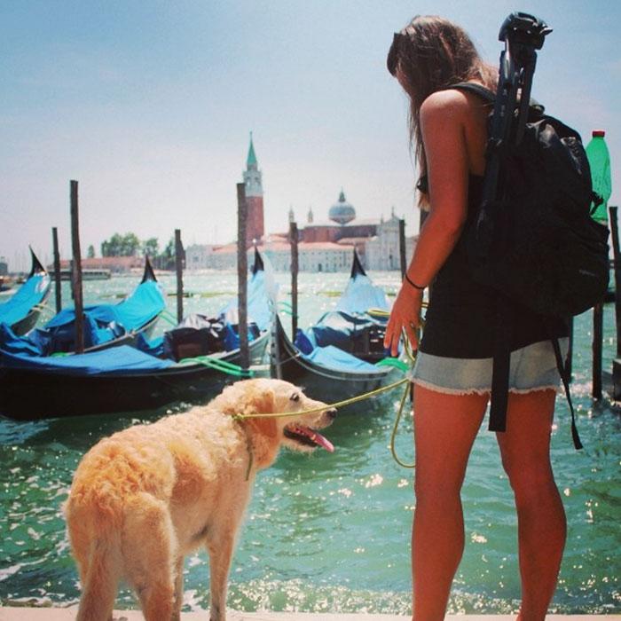 Женщина путешествует с собакой