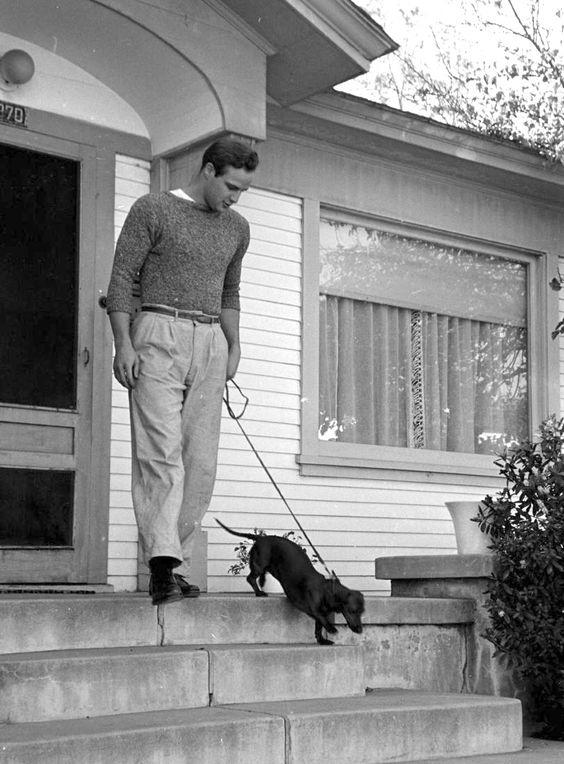 Марлон Брандо и собака такса